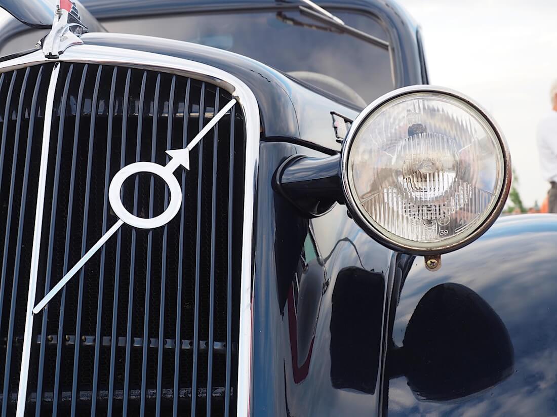 1938 Volvo PV51 ympyrä ja nuoli logo auton maskissa. Tekijä: Kai Lappalainen. Lisenssi: CC-BY-40.