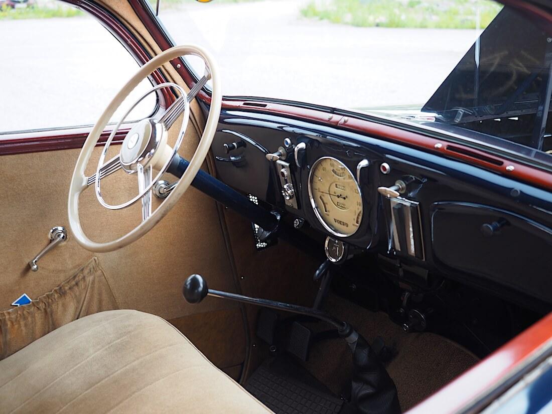 1938 Volvo PV51 mallin kojelauta ja ratti. Tekijä: Kai Lappalainen. Lisenssi: CC-BY-40.