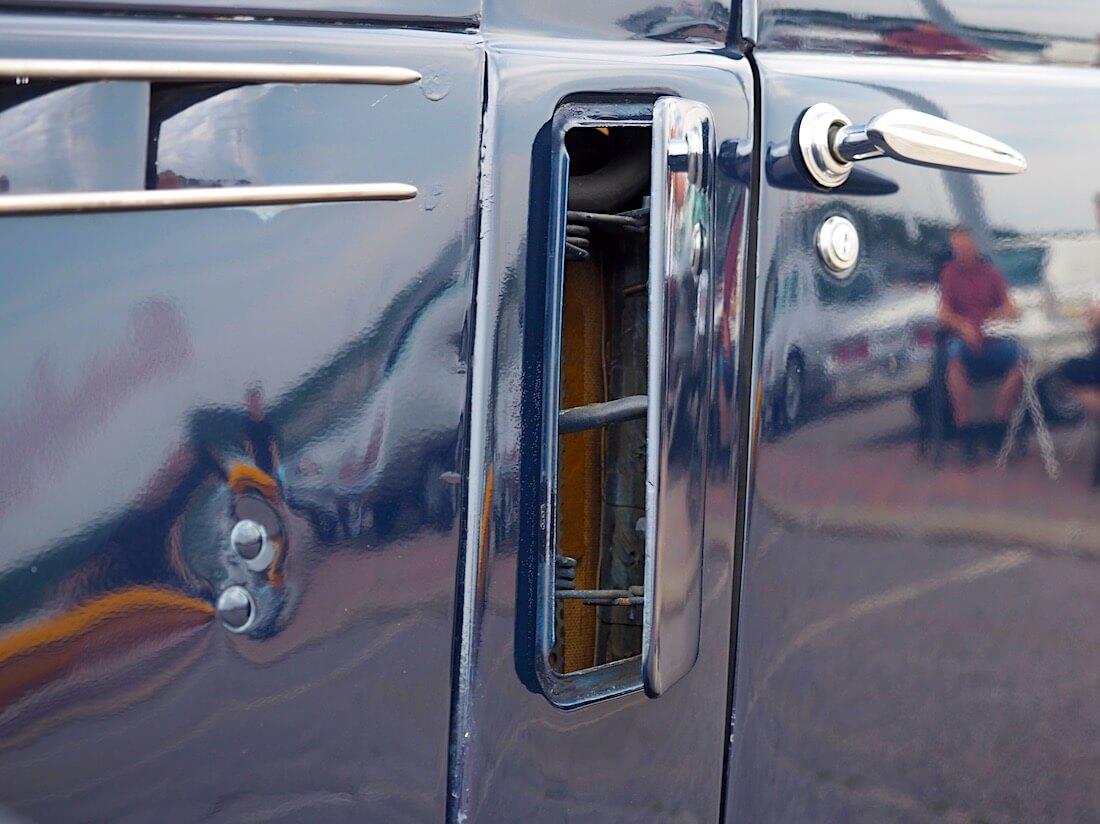 1938 Volvo PV51 reumaluukut raittiille ilmalle. Tekijä: Kai Lappalainen. Lisenssi: CC-BY-40.