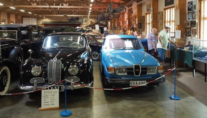 1955 BMW 501 ja 1980 Saab 96 GL Super Vehoniemen automuseossa. Tekijä: Kai Lappalainen. Lisenssi: CC-BY-40.