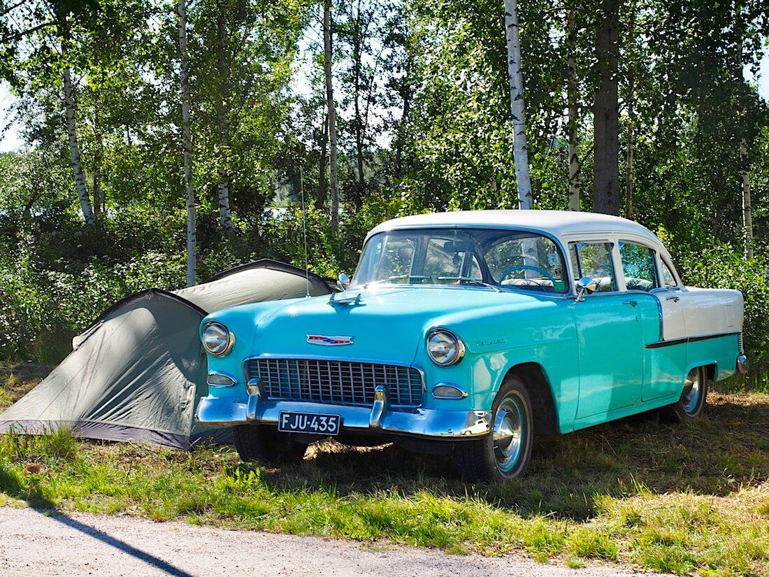 1955 Chevrolet 210 Delray ja teltta. Kuvan tekijä: Kai Lappalainen. Lisenssi: CC-BY-40.
