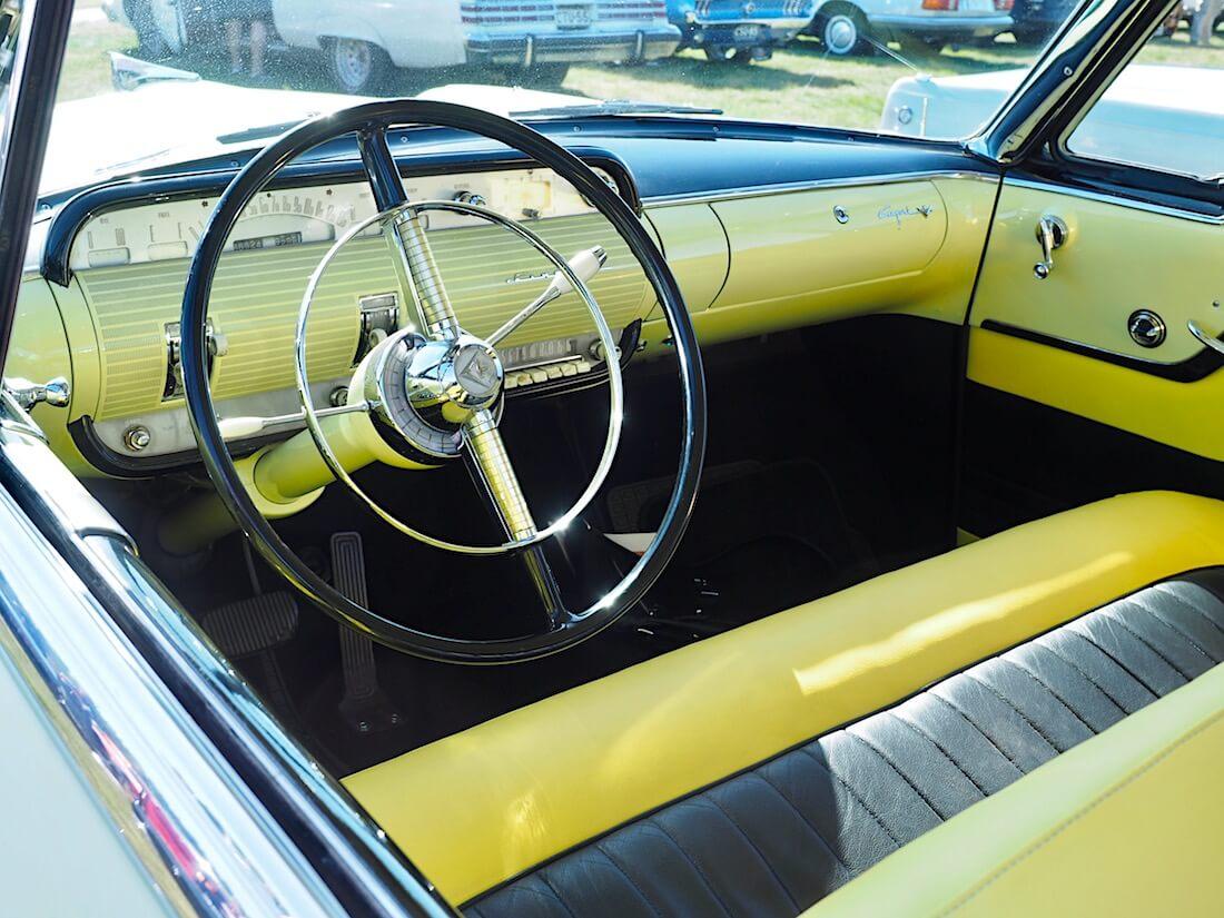 1955 Lincoln Capri 2d Coupe 341cid sisusta ja kojelauta. .Kuvan tekijä: Kai Lappalainen. Lisenssi: CC-BY-40.