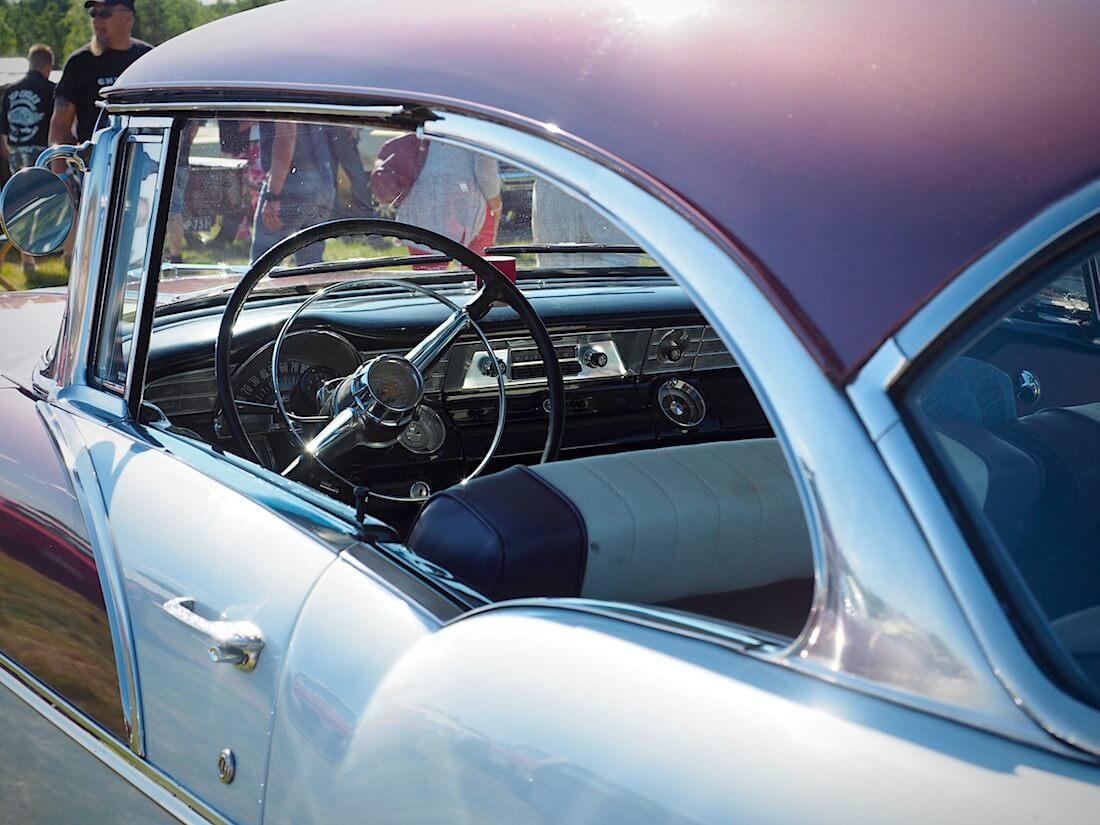 1956 Pontiac Chieftain 2d hardtop kattolinja. Kuvan tekijä: Kai Lappalainen. Lisenssi: CC-BY-40.