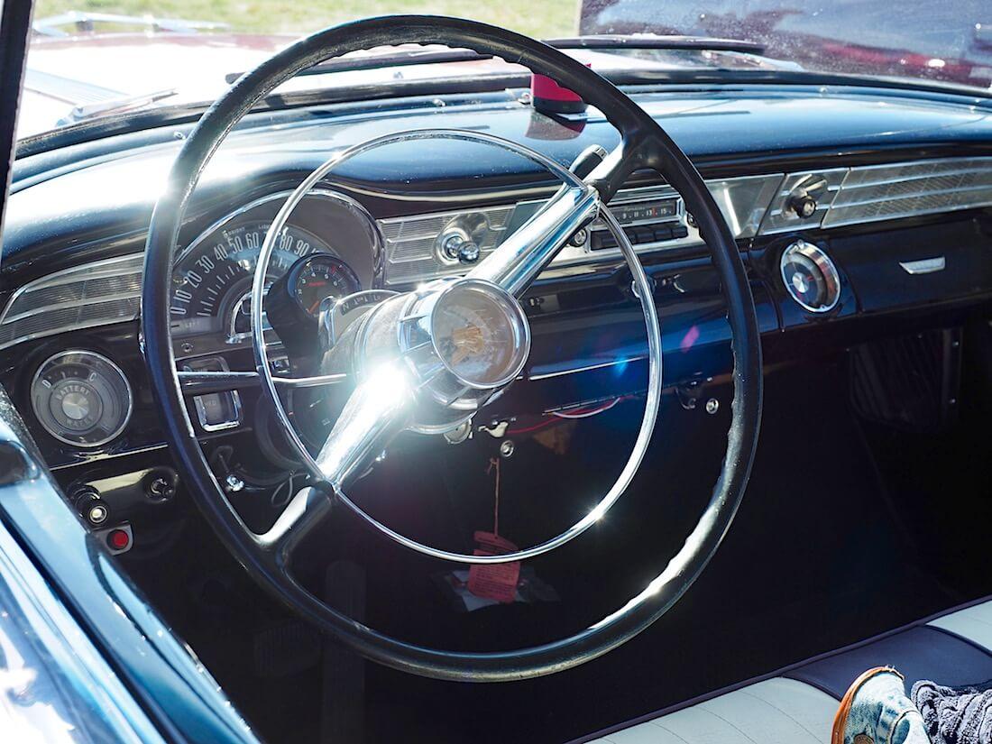 1956 Pontiac Chieftain kojelauta ja alkuperäinen ratti. Kuvan tekijä: Kai Lappalainen. Lisenssi: CC-BY-40.