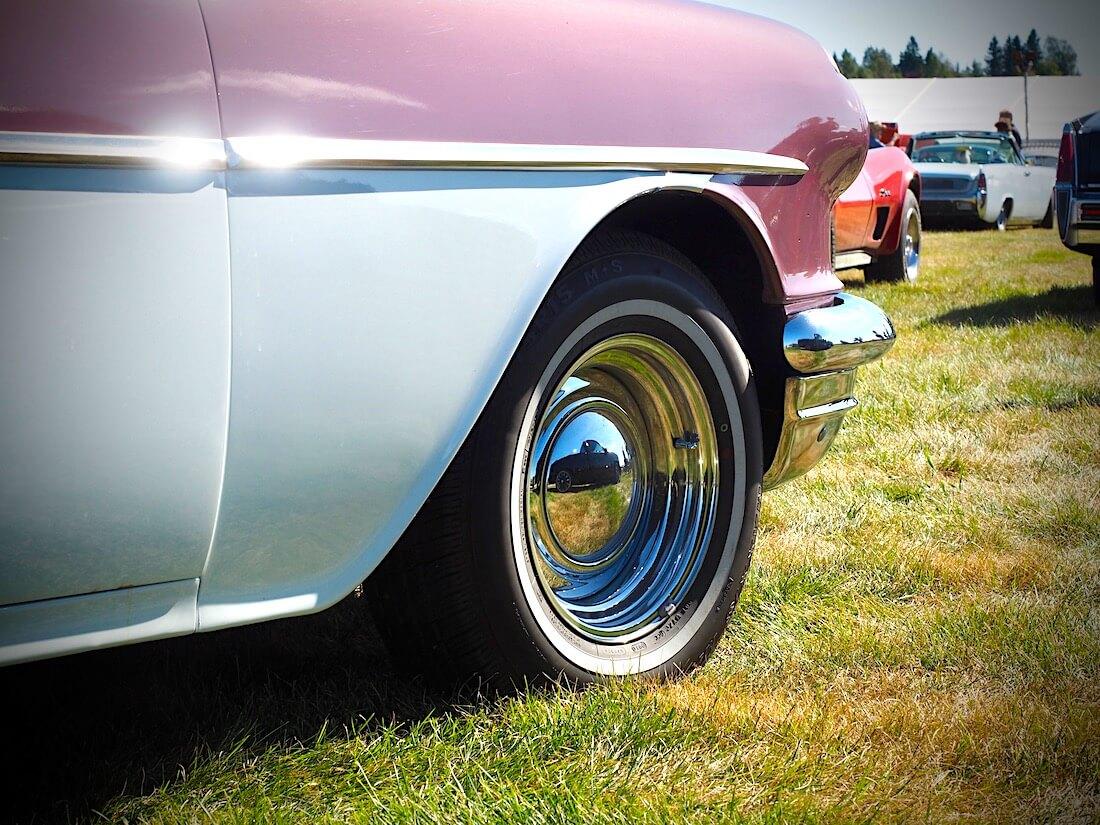 1956 Pontiac Chieftain Smoothie vanteet ja pillerikapselit. Kuvan tekijä: Kai Lappalainen. Lisenssi: CC-BY-40.