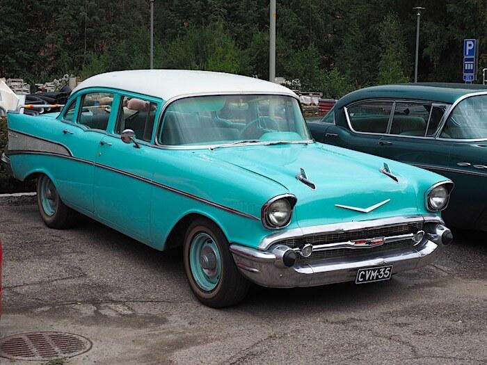 Neliovinen 1957 Chevrolet Bel Air 283cid V8-moottorilla ja kaksivärimaalauksella. Kuvan tekijä: Kai Lappalainen. Lisenssi: CC-BY-40.
