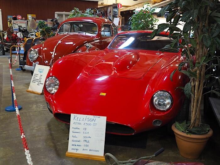 Punainen 1962 Kellison Astra X300 GT 355cid V8 Kitcar Vehoniemen automuseossa. Tekijä: Kai Lappalainen. Lisenssi: CC-BY-40.