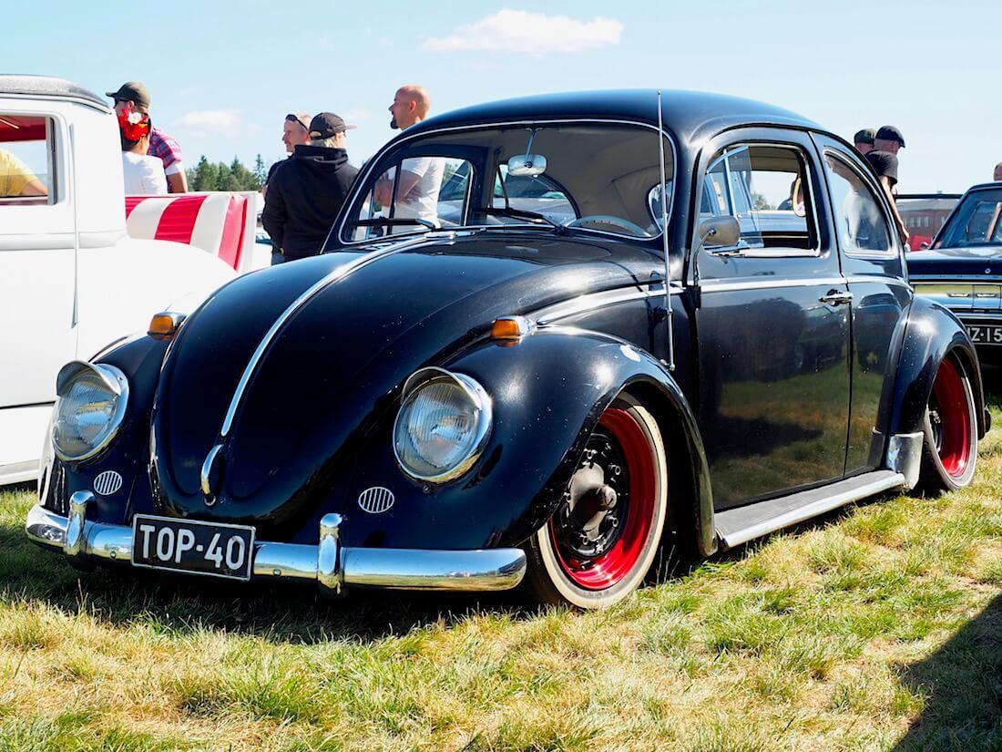 1964 VW1200 tontitettu paksutolppa kuplavolkkari. Kuvan tekijä: Kai Lappalainen. Lisenssi: CC-BY-40.
