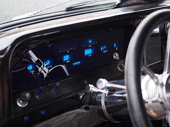 Dakota Digital mittaristo Chevrolet C10 pickupissa. Kuvan tekijä: Kai Lappalainen. Lisenssi: CC-BY-40.