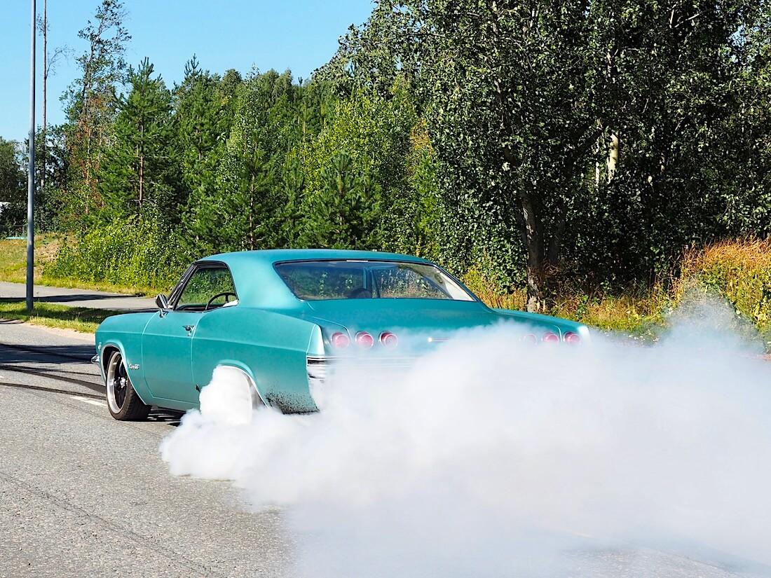 1965 Chevrolet Impala SS burnout. Kuvan tekijä: Kai Lappalainen. Lisenssi: CC-BY-40.
