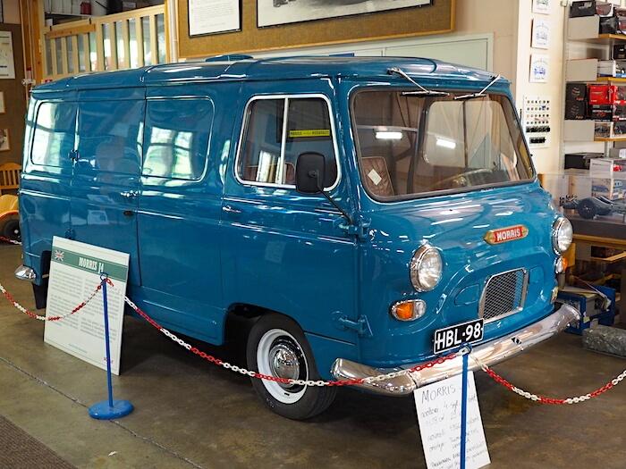 1966 Morris J4 pakettiauto Vehoniemen automuseossa. Tekijä: Kai Lappalainen. Lisenssi: CC-BY-40.