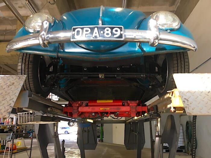 1966 Volkswagen VW1300 kuplavolkkari vuosikatsastuksessa nosturilla. Tekijä: Kai Lappalainen. Lisenssi: CC-BY-40.