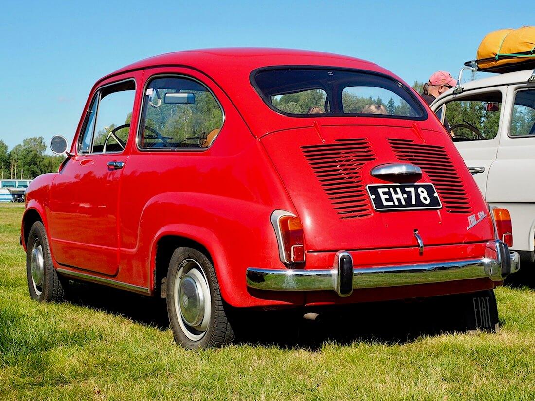 Punainen 1967 Fiat 600D takaa. Kuvan tekijä: Kai Lappalainen. Lisenssi: CC-BY-40.