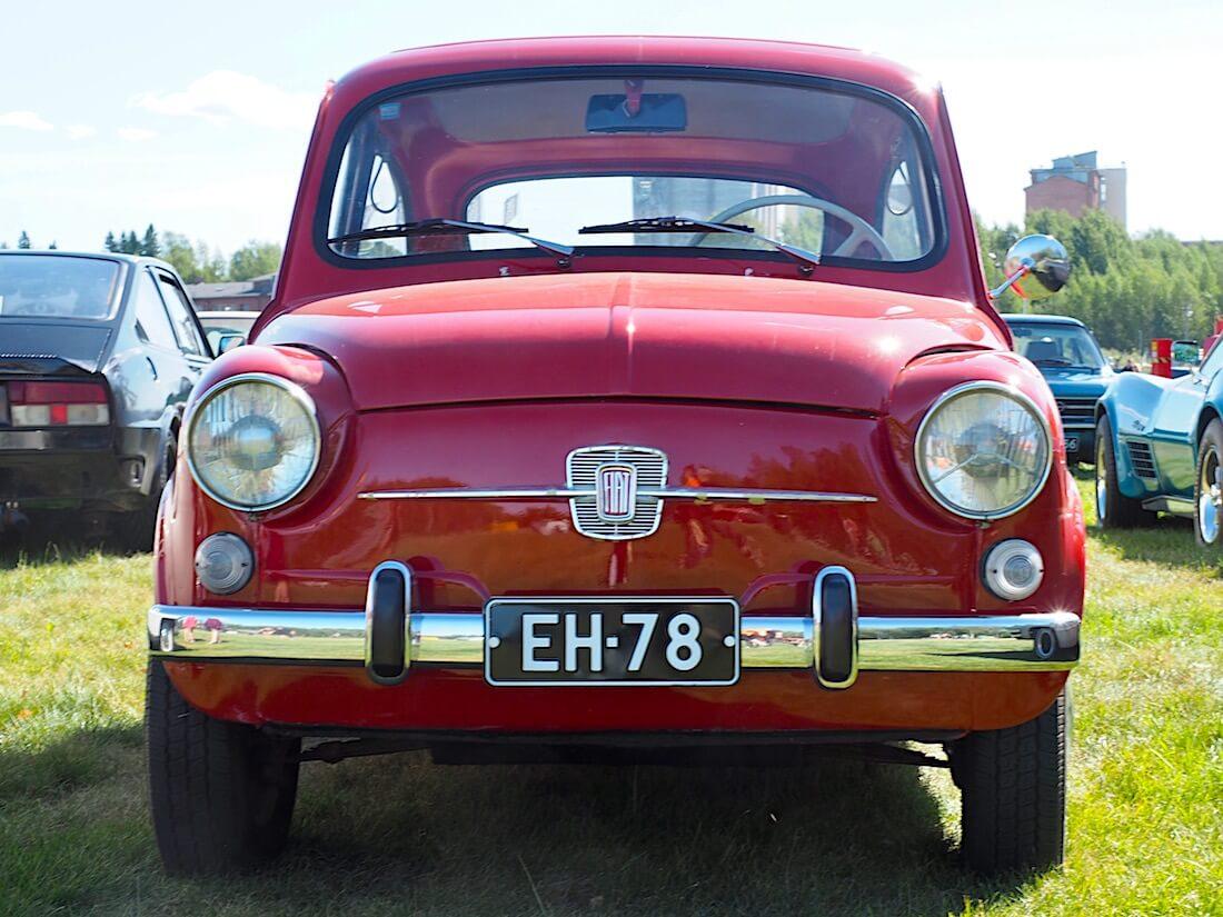 Punainen 1967 Fiat 600D edestä. Kuvan tekijä: Kai Lappalainen. Lisenssi: CC-BY-40.