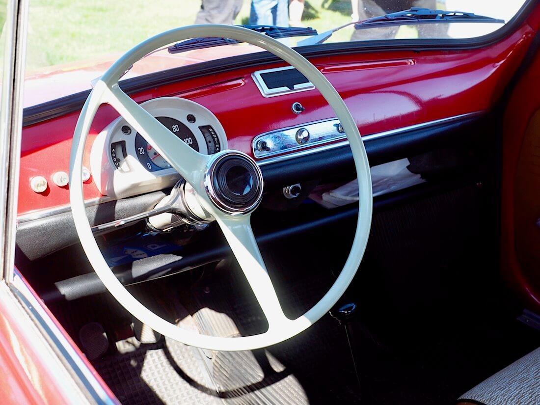1967 Fiat 600D mittaristo ja kojelauta. Kuvan tekijä: Kai Lappalainen. Lisenssi: CC-BY-40.