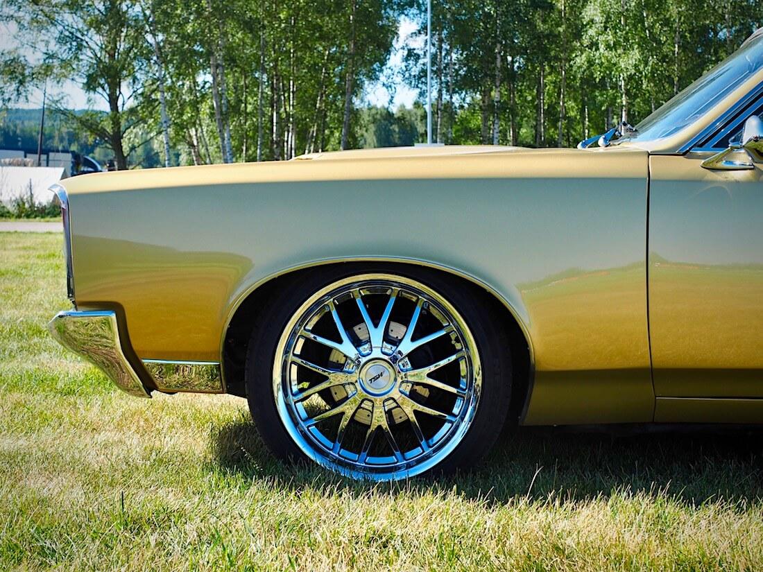 1967 Pontiac GTO jarrulevy ja TSW kromivanne. Kuvan tekijä: Kai Lappalainen. Lisenssi: CC-BY-40.