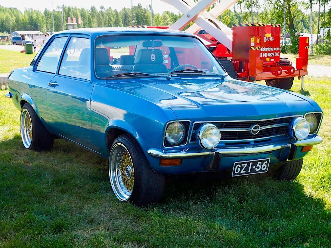Sininen 1971 Opel Ascona A 1.6l BBS hunajakennovanteilla. Kuvan tekijä: Kai Lappalainen. Lisenssi: CC-BY-40.