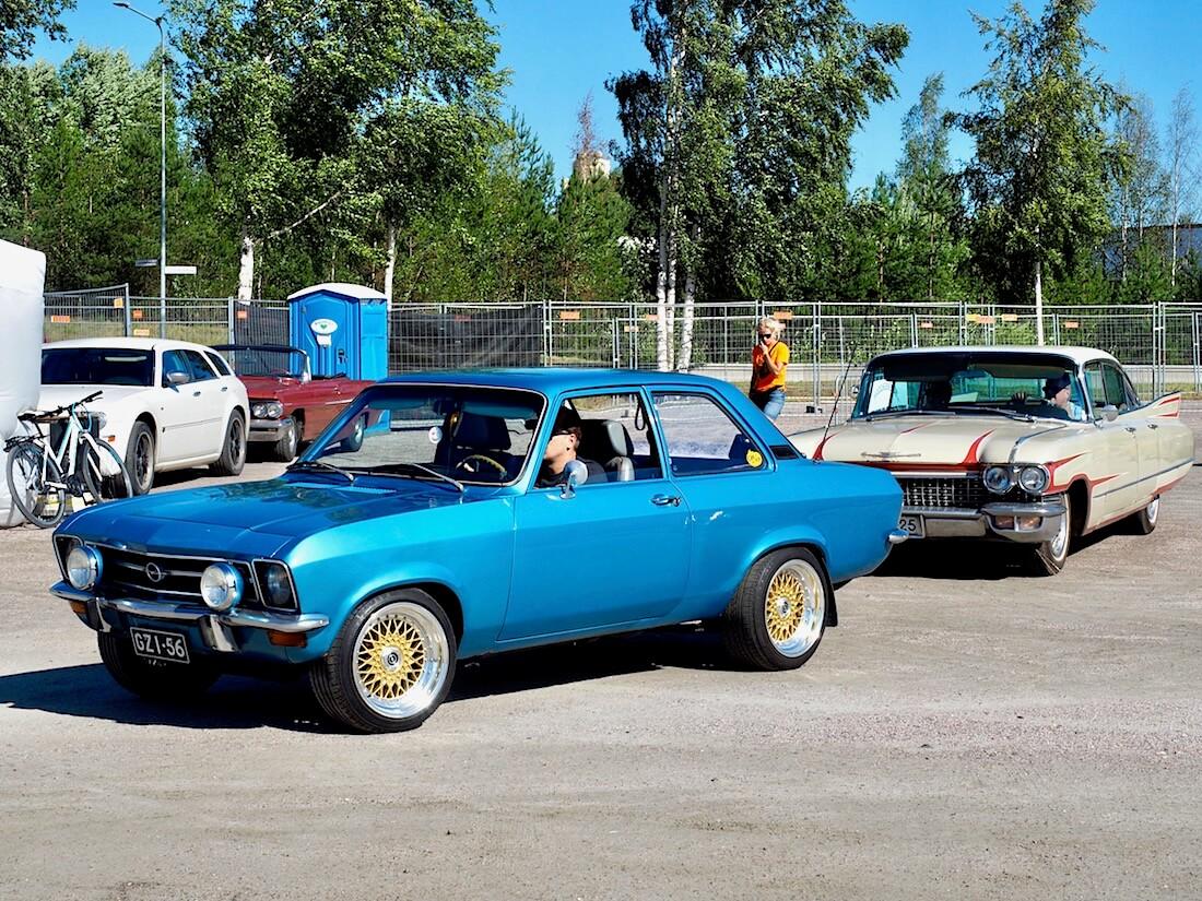 Sininen 1971 Opel Ascona A ja 1960 Cadillac Six Window DeVille. Kuvan tekijä: Kai Lappalainen. Lisenssi: CC-BY-40.