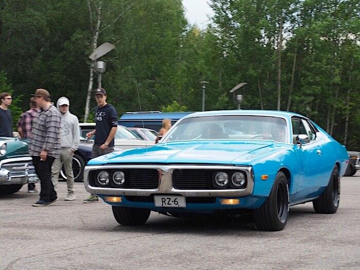 Sininen 1973 Dodge Charger 2d Hardtop 400cid V8-moottorilla. Kuvan tekijä: Kai Lappalainen. Lisenssi: CC-BY-40.