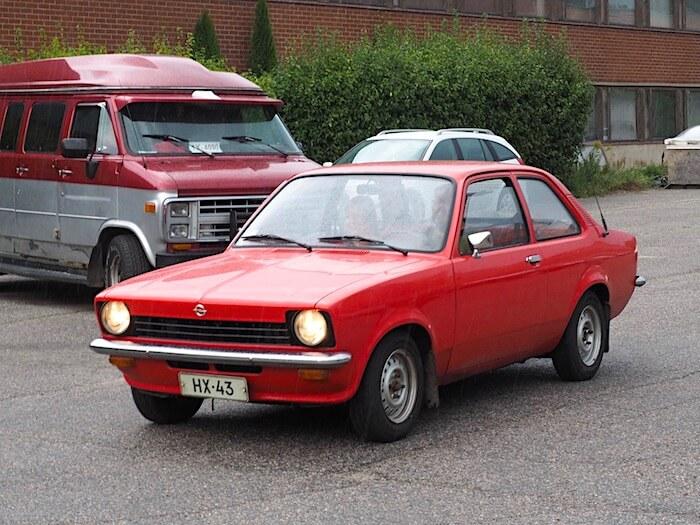Punainen museoauto Opel kadett C 1.2L. Kuvan tekijä: Kai Lappalainen. Lisenssi: CC-BY-40.