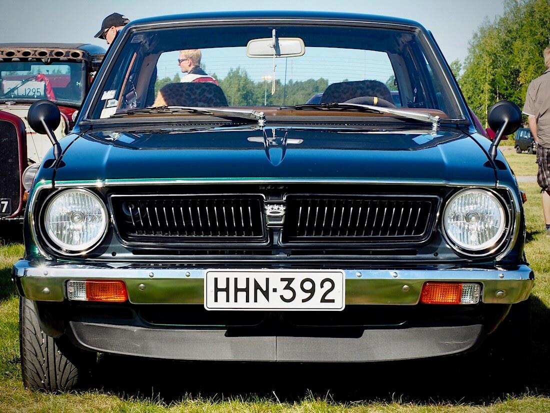 1976 Toyota Corolla KE30 huulispoileri, japsipeilit ja musta maski. Kuvan tekijä: Kai Lappalainen. Lisenssi: CC-BY-40.
