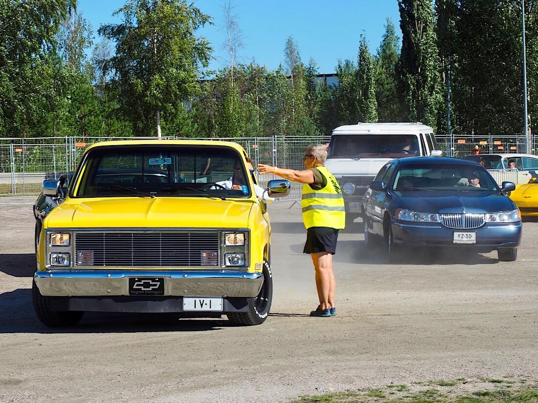 LinnaCruising tapahtuman sisäänajo. 1984 Chevrolet Pickup ja 1997 Lincoln Town Car. Kuvan tekijä: Kai Lappalainen. Lisenssi: CC-BY-40.