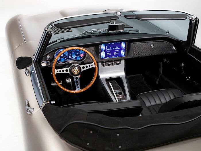 2020 Jaguar E-Type Zeron kojelauta ja tietokone. Tekijä ja copyright: Jaguar.