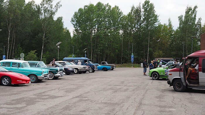 Espoo Cruisingin kokoontuminen Otaniemessä Tietotie 1 parkkipaikalla ravintola Fat Lizartdin takana. Kuvan tekijä: Kai Lappalainen. Lisenssi: CC-BY-40.