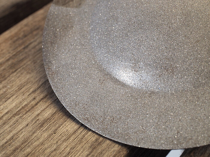 Hiekkapuhallusruiskulla puhdistettu ruosteeton metallipinta. Tekijä: Kai Lappalainen. Lisenssi: CC-BY-40.