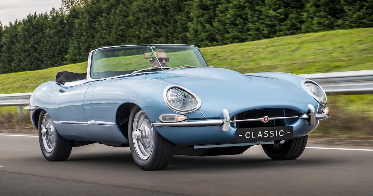 Sinihopea Jaguar E-Type Zero sähköauton konsepti ajossa. Tekijä ja copyright: Jaguar.