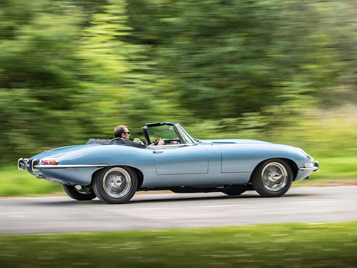 Sininen Jaguar E-Type Zero sähköautokonsepti. Tekijä ja copyright: Jaguar.