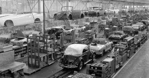 Avokorisia Karmann Ghioja ja kuplavolkkareita valmistumassa Karmannin tehtaalla Osnabrückissä Saksassa. Kuva ja copyright: Volkswagen AG.