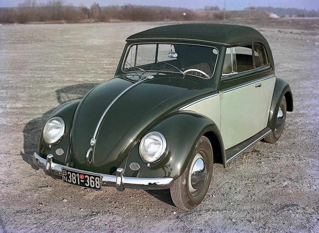 Karmannin valmistama avokattoinen ja kaksivärinen VW kuplavolkkari. Kuva ja copyright: Volkswagen AG.
