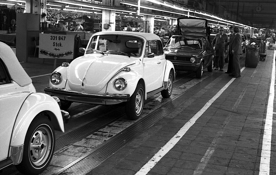 Viimeinen avokupla ja avo-Golf I Karmannin tuotantolinjalla. Kuva ja copyright: Volkswagen AG.
