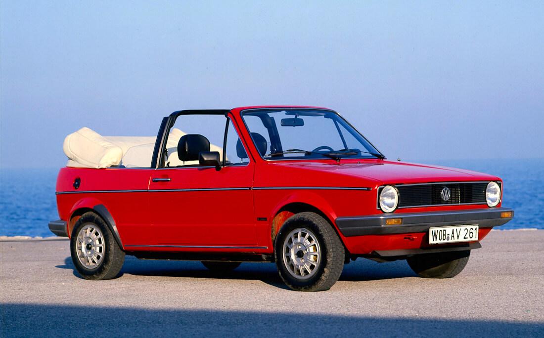 Punainen avokorinen ja kangaskattoinen 1979 VW Golf I. Kuva ja copyright: Volkswagen AG.