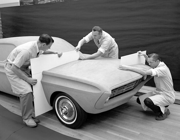 Fordin suunnittelijat työstävät Mustangin savimallia vuonna 1962. Kuvan copyright: Ford Motor Company.