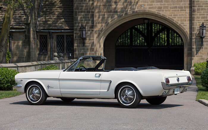 Wimbledon white 1964 Ford Mustang avo runkonumerolla 1. Kuvan copyright: Ford Motor Company.