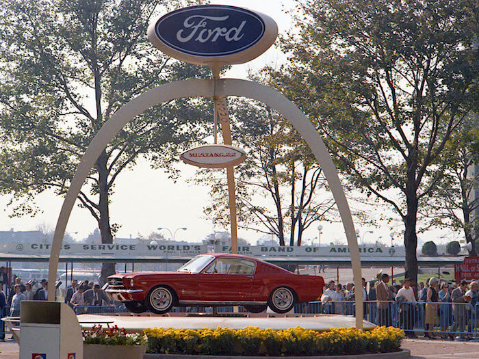 Punainen 1964 Ford Mustang GT Fastback esillä New Yorkin maailmannäyttelyssä. Kuvan copyright: Ford Motor Company.