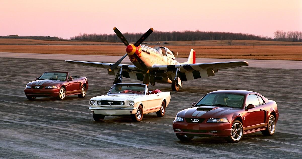 P-51 Mustang hävittäjälentokone, 1964 avo-Mustang ja 2004 Mustang erikoismallit. Kuvan copyright: Ford Motor Company.