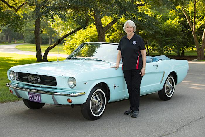 Ensimmäinen myyty Ford Mustang ja omistaja Gail Wise. Kuvan copyright: Ford Motor Company.