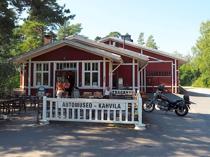 Vehoniemen automuseon ja kahvilan sisäänkäynti Vehoniemenharjulla. Tekijä: Kai Lappalainen. Lisenssi: CC-BY-40.