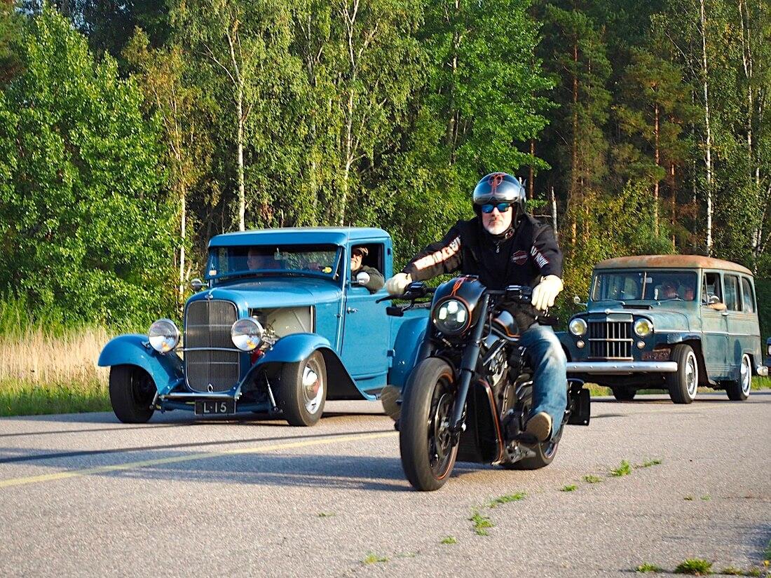 1932 Ford B Pickup Rodi 232cid V8 ja Jeep Wagoneer saapumassa Malmille. Tekijä: Kai Lappalainen. Lisenssi: CC-BY-40.