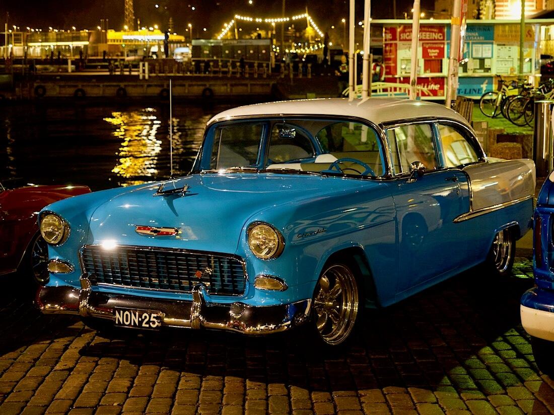 1955 Chevrolet 210 Two-Ten 350cid V8 Helsingin Kauppatorilla. Tekijä: Kai Lappalainen. Lisenssi: CC-BY-40.