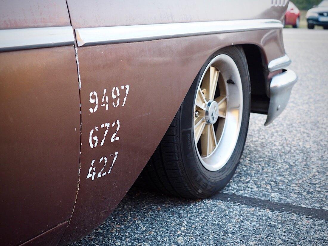 Kanna koko kuorma. Akselipainot 1958 Chevrolet Del Ray Deliveryn lokasuojassa. Tekijä: Kai Lappalainen. Lisenssi: CC-BY-40.