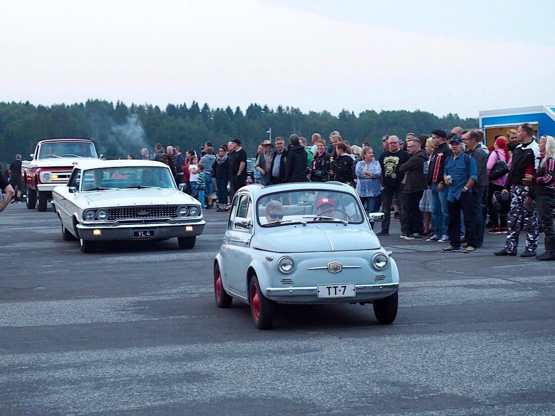 1959 Fiat 500 Cabrio-Limousine ja 1963 Ford Galaxie 500 Sports Hardtop. Tekijä: Kai Lappalainen. Lisenssi: CC-BY-40.
