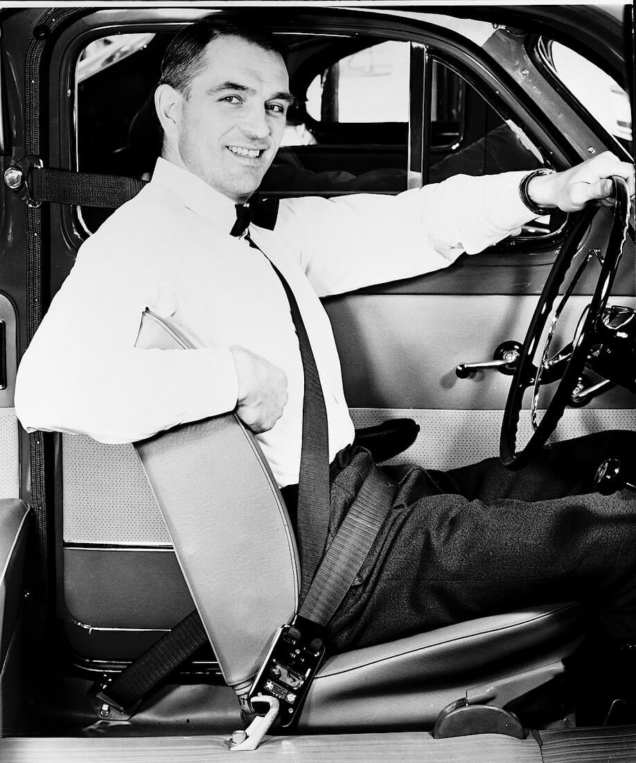 1959 Volvo PV 544 tehdasasenteisilla kolmipisteturvavöillä. Tekijä ja copyright: Volvo Car Corporation.