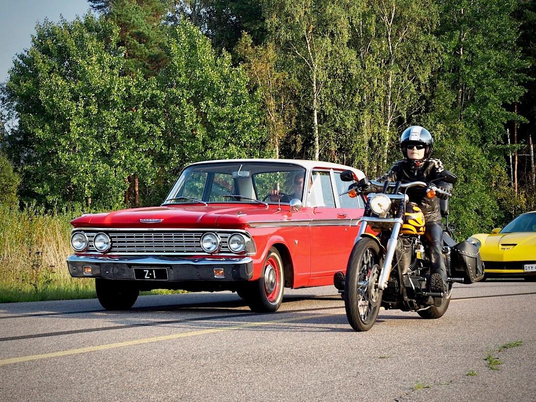 1962 Ford Fairline 2d 221cid ja moottoripyörä. Tekijä: Kai Lappalainen. Lisenssi: CC-BY-40.