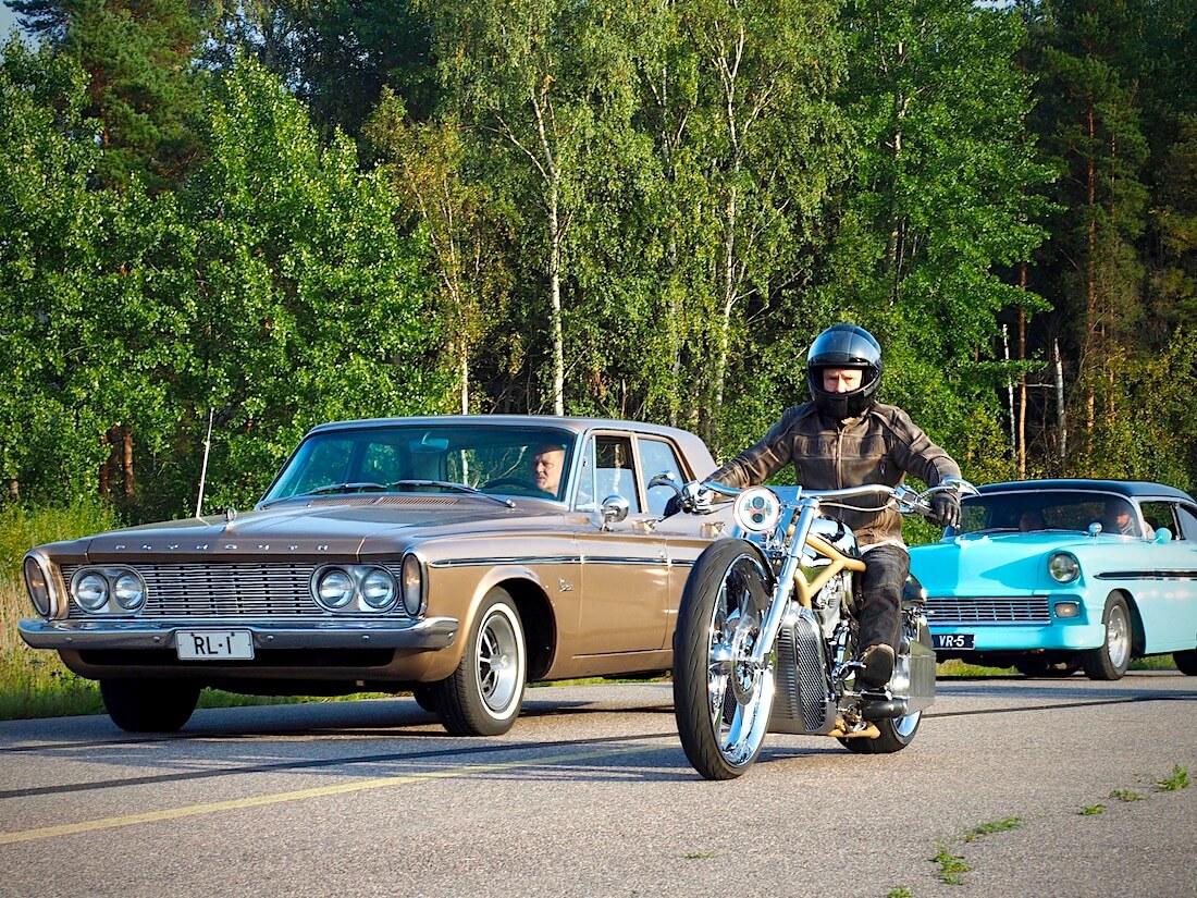 1963 Plymouth Belvedere 318cid ja 1956 Chevrolet 396cid. Tekijä: Kai Lappalainen. Lisenssi: CC-BY-40.