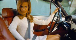 Kolmipisteturvavyö ja nainen Volvo P130 Amazon autossa. Tekijä ja copyright: Volvo Car Corporation. Tekijä ja copyright: Volvo Car Corporation.