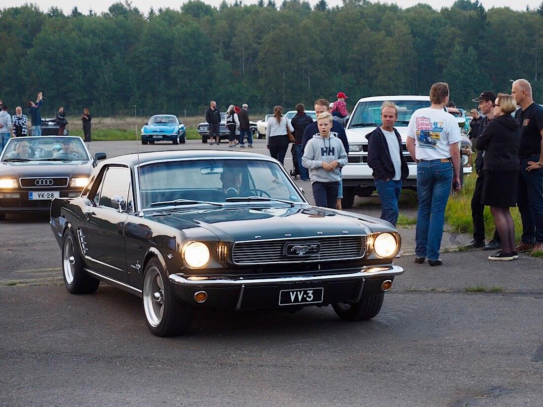 1966 Ford Mustang 2d Hardtop Coupe ja 1994 Audi B4 Cabriolet. Tekijä: Kai Lappalainen. Lisenssi: CC-BY-40.